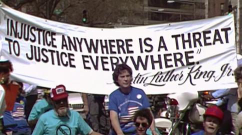"""""""A injustiça em qualquer lugar é uma ameaça à justiça em todo lugar"""" Imagem do Documentário """"Crip Camp: revolução pela inclusão"""". Copyright Netflix. / Direção: Nicole Newnham, e James Lebrecht. EUA, 2020, distribuição: Netflix"""